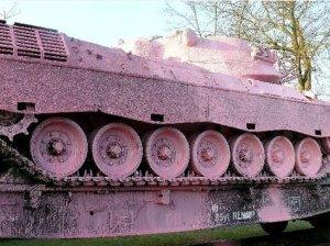 Ein rosaroter Panzer in Thun sorgt für Gesprächsstoff an der Theke.