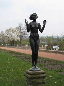 «Die Genesung» von Professor Georg Felix Pfeifer im Rosengarten in Dresden