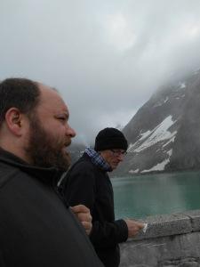 Alfred Wittwer, Leiter terrestrische Ökologie und Verantwortlicher Nachhaltigkeitsleitlinien der KWO, und McStrider am Gelmersee.