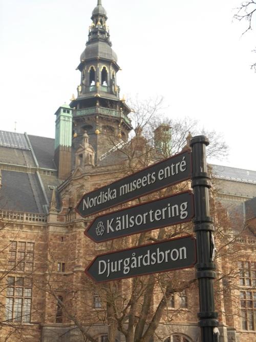 Ein Wegweiser vor dem Nordic Museum.