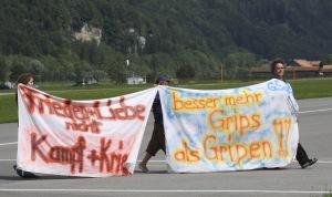 Sie setzten sich durch: Mitglieder der GSoA demonstrieren auf dem Flugplatz Meiringen als 2008 die Luftwaffe mit dem Gripen Testflüge im Oberhasli durchführte.